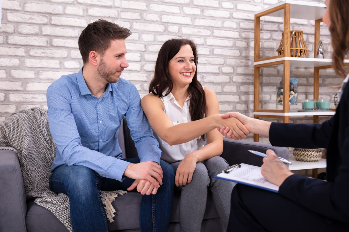 Image of a couple consulting a mediator.