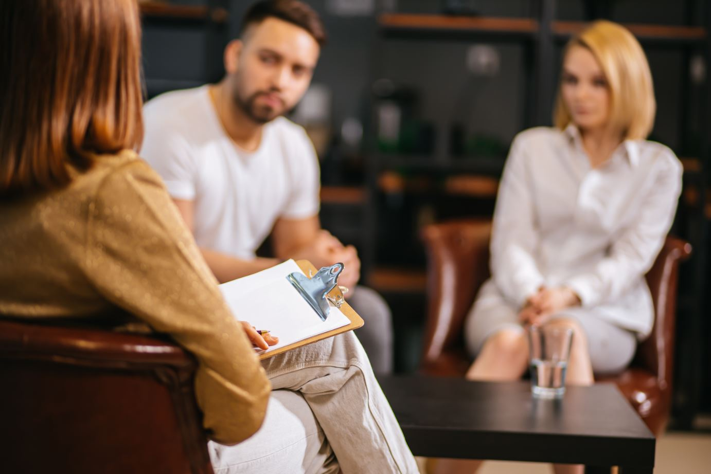 Image of a couple in a family mediation session.